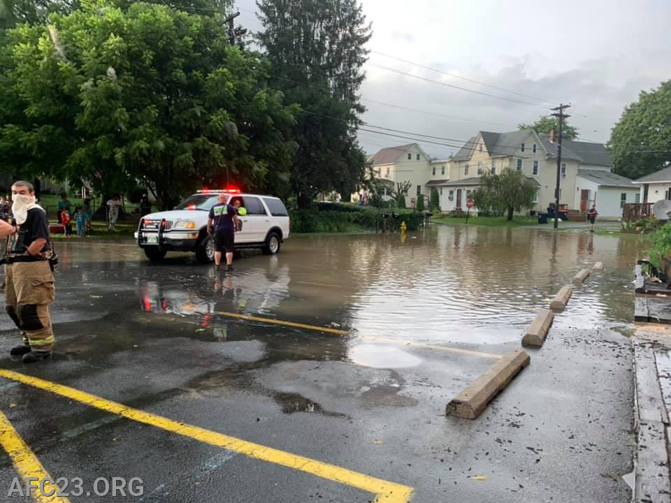 """23-31 assisting in the closing of the area around the Avondale Apartments where floods began to rise dangerously.  Photographer: Ed """"Scoop"""" Dougherty"""
